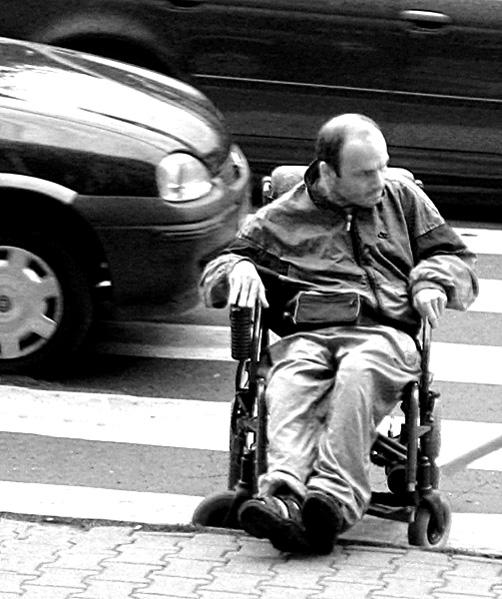 czlowiek na przejściu dla pieszych